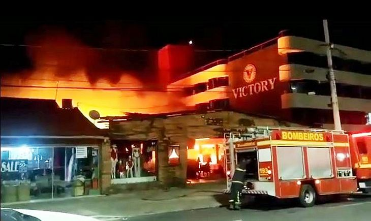 Resultado de imagem para Vídeos mostram incêndio que destruiu Feira de Artesanato em João Pessoa; assista