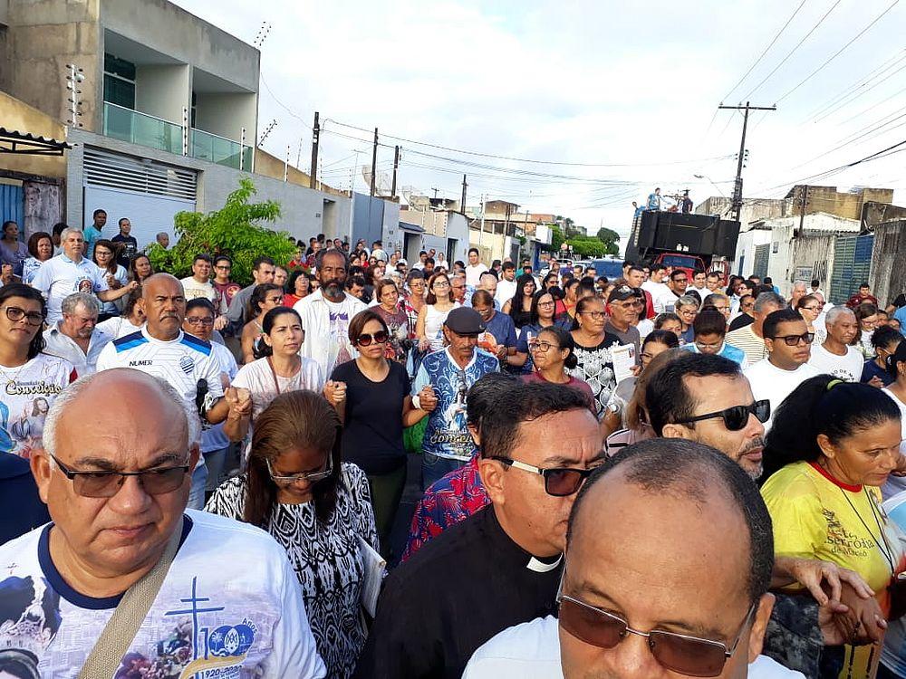 Fiéis em caminhada pelos bairros de Maceió (Foto: Maria Cícera / Pascom Arquidiocese de Maceió)