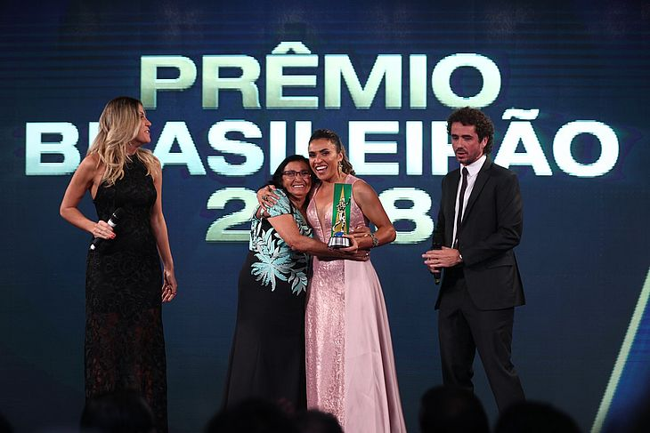 Vídeo  Marta ganha prêmios ff8a05ba87398