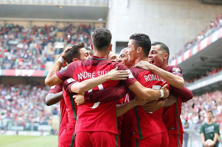 Reprodução   Twitter Portugal Reprodução   Twitter Portugal. Com três gols  de Cristiano Ronaldo ... 510e501d0a00d